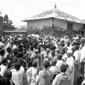 La folla durante il funerale