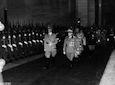 Il Fuhrer ed il Re Vittorio Emanuele III passano in rivista le truppe schierate lungo il colonnato della Stazione Ostiense; sullo sfondo il Duce, Starace e Goebbels