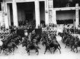 Un reparto di truppe a cavallo sfila davanti alla tribuna d'onore