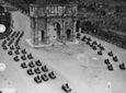 Inquadratura dall'alto del Colosseo verso l'Arco di Costantino durante il passaggio dei carri armati