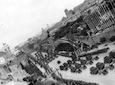 Inquadratura dall'alto del Colosseo verso Via dei Fori Imperiali durante il passaggio dell'artiglieria; sullo sfondo il Vittoriano