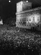 Inquadratura dall'alto di Piazza Venezia gremita di folla e di Palazzo Venezia