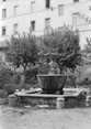 [Fontana con vasca in un giardino cinto  ...