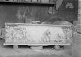 Sarcofago con figure in rilievo