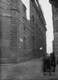 Scorcio dell'antica via delle Botteghe Oscure - prima dell'allargamento del 1936-37 - con vigile e figura mossa in primo piano a destra. Campo medio